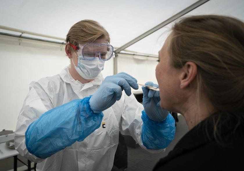 Kvinde bliver testet for COVID-19