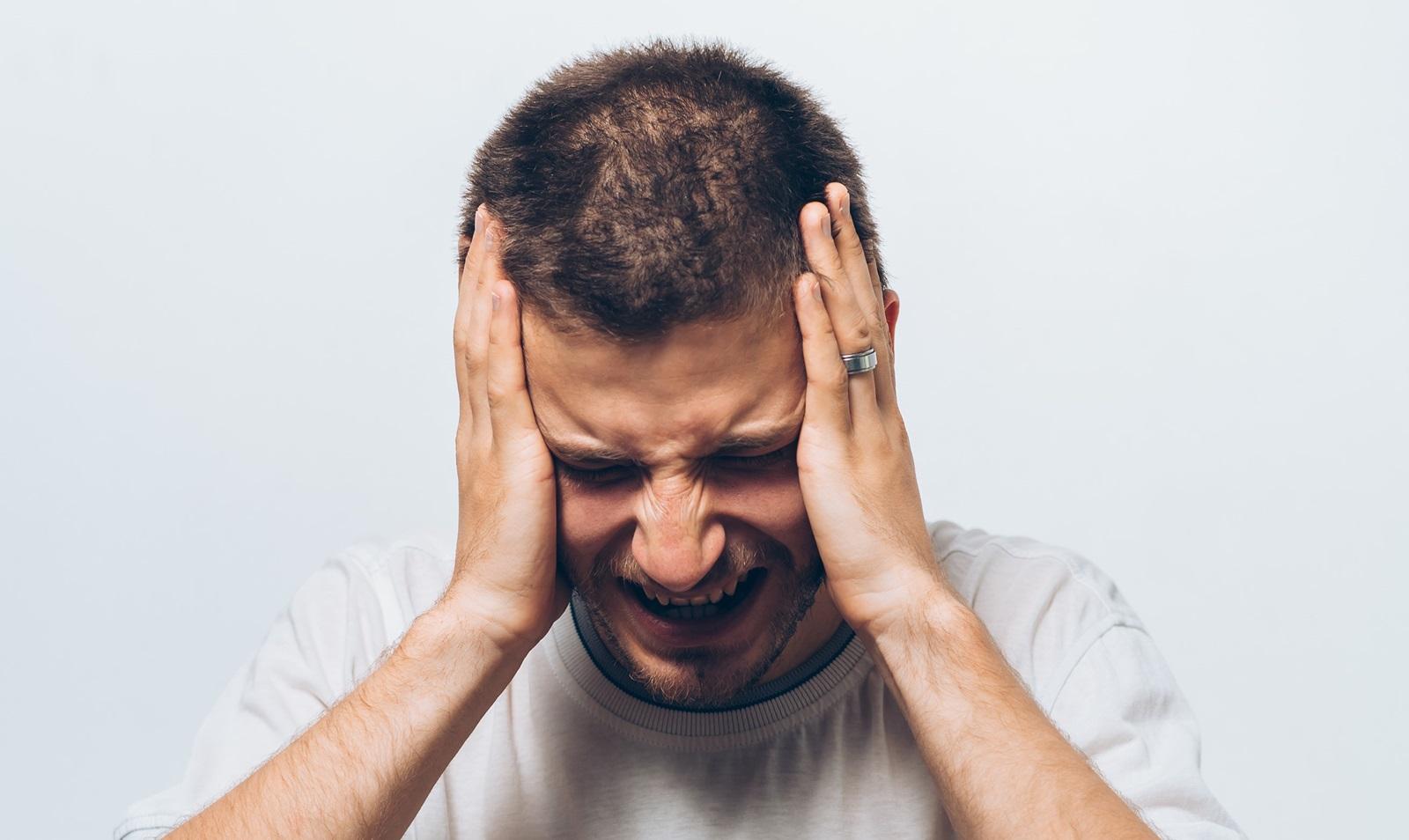 Billede af mand med hovedpine 01