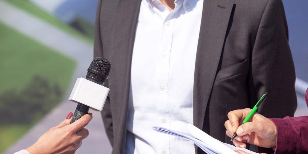 Mand bliver interviewet af pressen