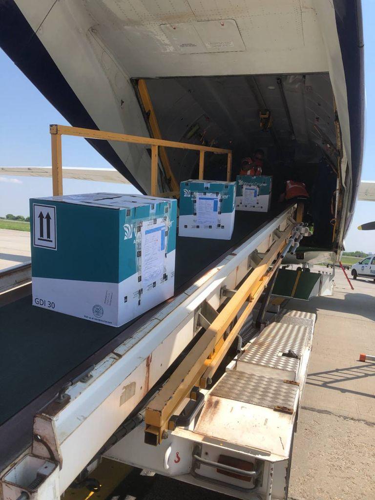 Pfizer-vacciner på transportbånd op i flyets lastrum