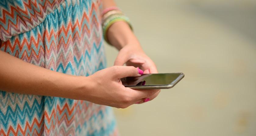 Kvinde med mobiltelefon